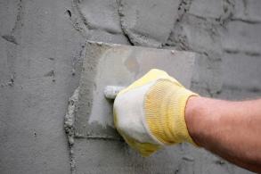 Заделка стены цементным раствором разлив бетона