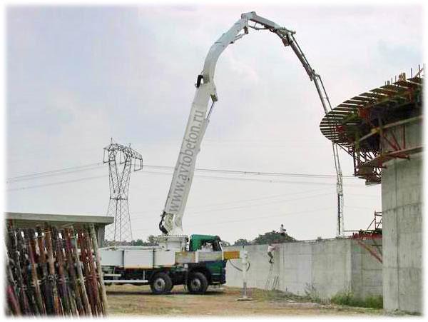 Автобетононасос на строительной площадке